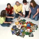 Menschen mit Karten und Austellungsfiguren